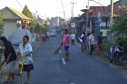 Ratusan Masyarakat Desa Jagaraga Gotong Royong Membersihkan Lingkungan